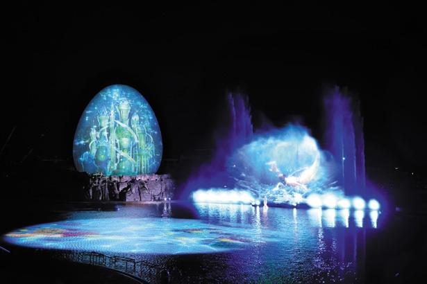 ウォーターマッピングショー「AGUA」 。ショーキャストと映像、 噴水がコラボレーションし、人魚が住む美しい海の世界を表現