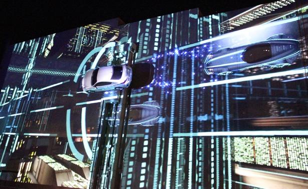 【写真を見る】日本初の演出!壁面に配置し稼動させたレクサスRCにプロジェクションマッピングを投影