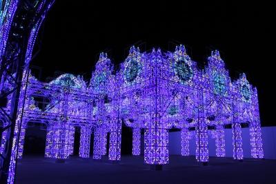 「青の宮殿」 。青く輝く宮殿の中を歩けば、壮大な青の世界が広がる