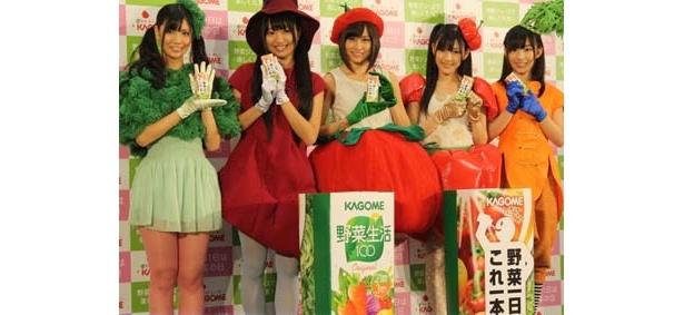 野菜シスターズに扮したAKB48の(左から)倉持明日香、北原里英、前田敦子、渡辺麻友、岩佐美咲