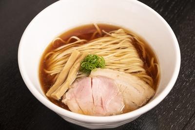 醤油そば。素材の旨味を丁寧に抽出し、それを足し算でスープを構築する