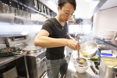 【写真を見る】「53's Noodle」店主の五味辰也さん。素材の一つ一つの旨味を出すことを心がけている