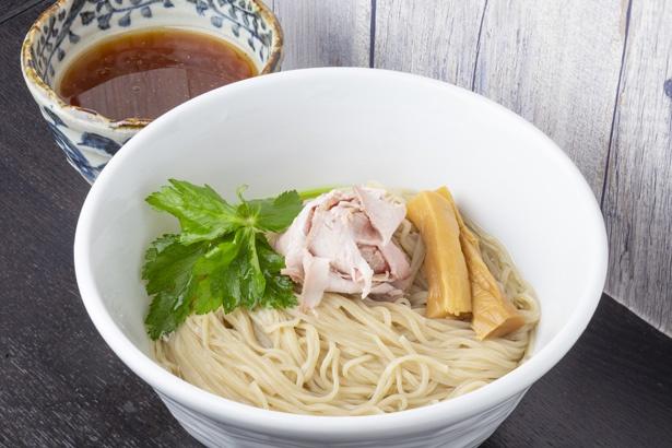 煮干水のつけ麺(900円)。麺には煮干しダシが入る。つけダレにつけると煮干しと鶏の風味が広がる