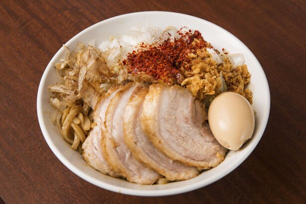 特製ラーメン汁なし(1,150円)。濃厚な醤油ダレに太麺が絡む。タマネギやカツオ節などよく混ぜて味わおう