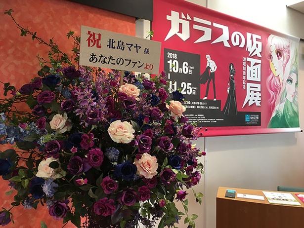【写真を見る】作中にも登場した「紫のバラ」も。『ガラスの仮面』ファンなら思わずニヤリとしてしまう演出も多数