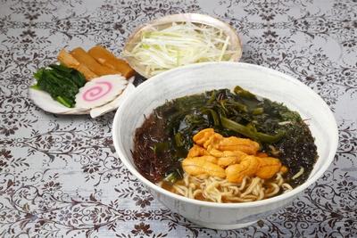 【写真を見る】「磯ラーメン:黄・ウニ 」 (1,380円)ウニのほか5種類の海草ものる