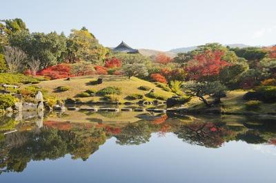 紅葉で真っ赤に染まった庭園は、一味違った奈良を体験させてくれる