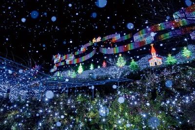 山の斜面を利用した光の壁画にサンタクロースが空を飛ぶ姿を再現した「スノーワールド」