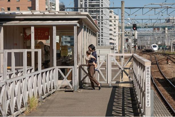 【写真を見る】両側の線路に列車が走る様子は迫力満点 / おもちゃのチャチャチャ。ちゃちゃくらぶ