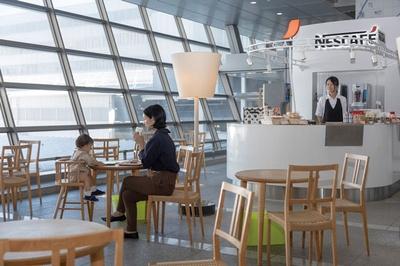スタイリッシュな店内は、九州新幹線「つばめ」などのデザイナー・水戸岡鋭治氏監修 / ネスカフェ 博多