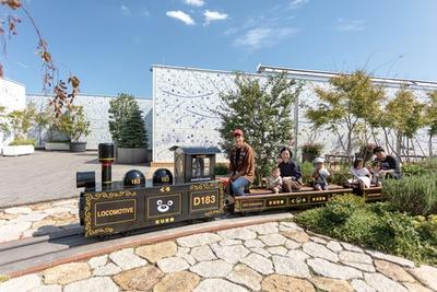 敷地内を回るミニトレイン「くろ電車」(1回200円※2歳以下無料※要保護者同伴)。車両は不定期で「つばめ電車」に / JR博多シティ屋上 つばめの杜ひろば