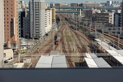 窓からは列車や飛行機が見られる / 阪急8Fレストスペース