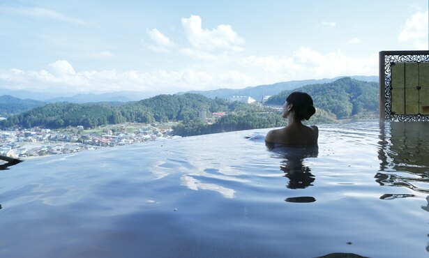 景色と湯面が一体化して見えるインフィニティ風呂で、まったり♪