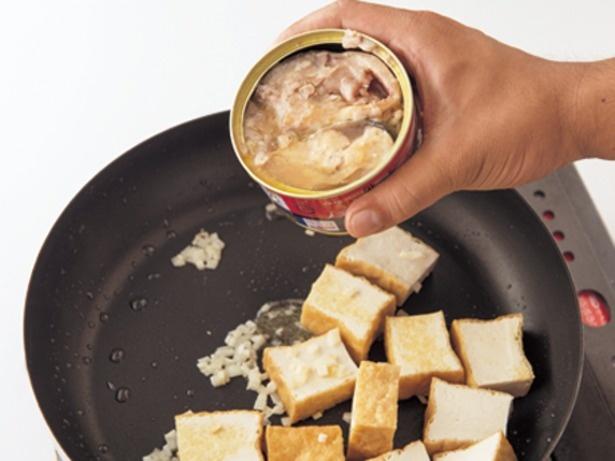 さば水煮缶の缶汁はさばのうまみがたっぷり含まれているので、煮汁に加えて使う。