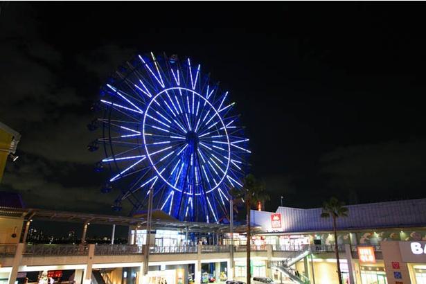 【写真を見る】特別なモチーフのライトアップが展開される観覧車「スカイホイール」