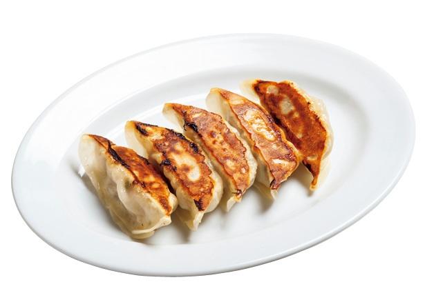 定番餃子ももちろんおいしい!肉と野菜の配合を何度も試して完成させた「憲二郎焼餃子」(5個410)/「棚橋餃子バル 三代目 憲二郎」(名古屋市中村区)