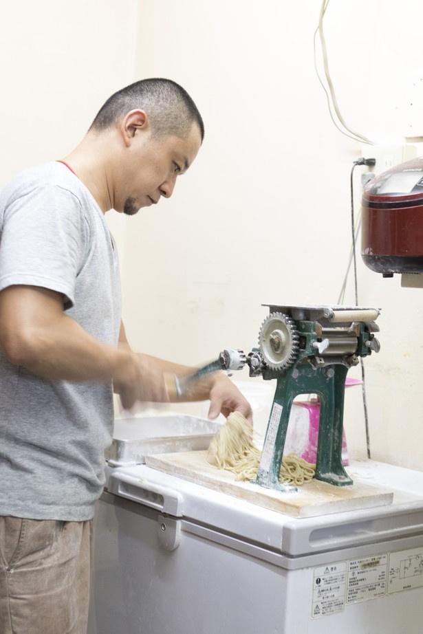 注文が入ると製麺に取りかかり、手際よくラーメンを盛り付けていく店主・大友勝さん