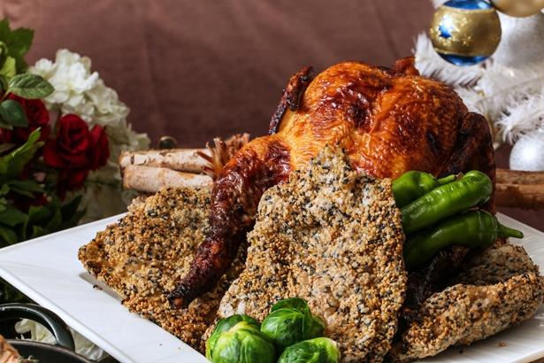 【写真を見る】ディナータイムに味わえる「若鶏一枚揚げゴマのアクセント 万願寺唐辛子のサルサヴェルデ」