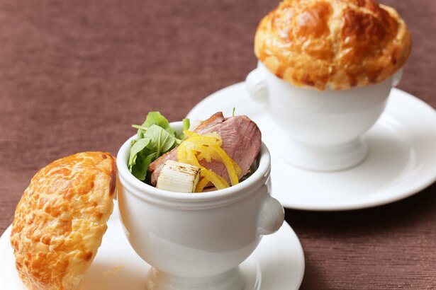 ファーストディッシュ「コラーゲンたっぷり鴨と冬めく野菜のパイ包みスープ」