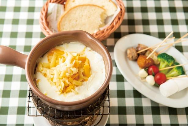 「炭焼き濃厚チーズフォンデュ(R)」(1,050円)。モッツァレラなど5種のチーズを目の前で溶かし、自家製パンやマシュマロを絡めて味わおう