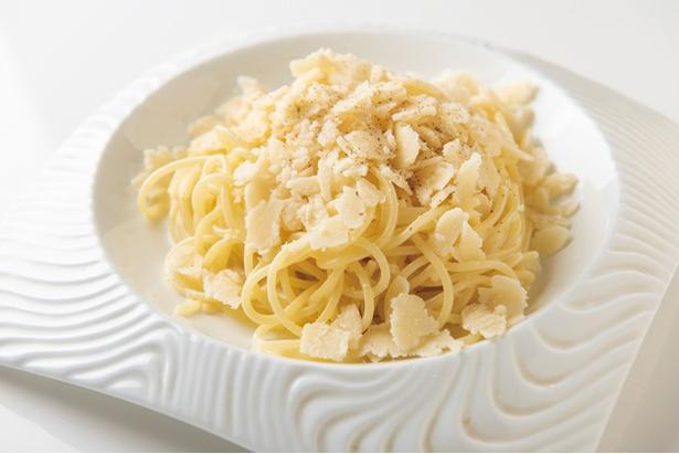 濃厚なチーズの風味を堪能できる「24か月熟成のパルミジャーノ・レッジャーノのパスタ」(1,382円)