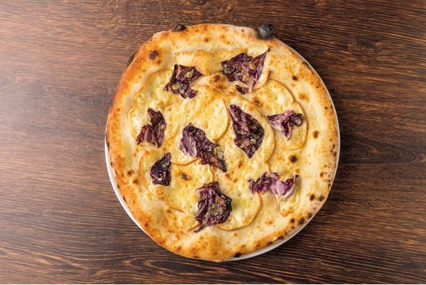 「スモークチーズのピザ」(1,404円)は、ワインもビールも進む味