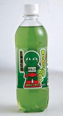 「まりもっこりガラナ」(147円・500ml)。まりもの色にちなみ天然香料で緑色に