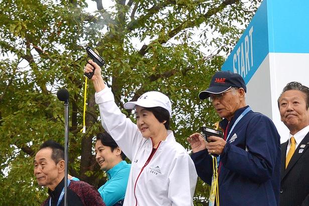 林市長の合図で、ランナーが一斉に42.195km先のフィニッシュを目指す!