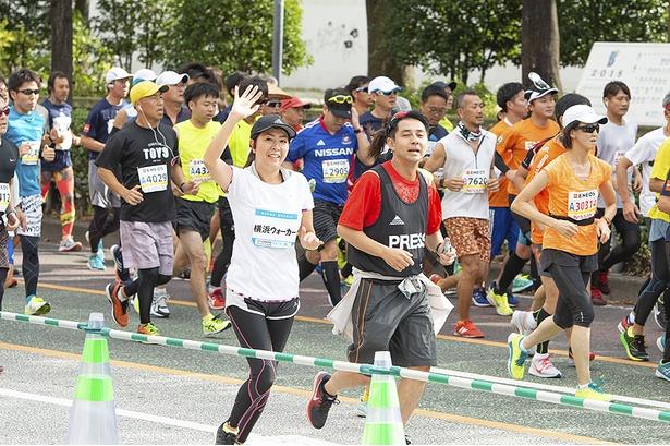 横浜スタジアム横を元気に駆け抜ける江澤。スタートして4kmチョットは、まだまだ余裕の表情