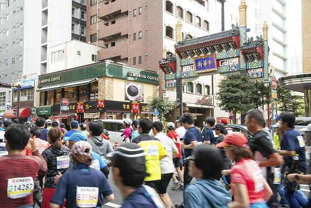 中華街前を駆け抜けるランナーの集団。横浜を代表する景色が楽しめるのも魅力の1つ