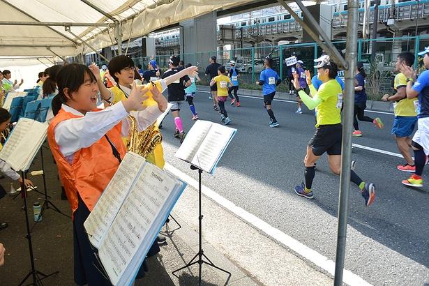 横浜市金沢中学校吹奏楽部の皆さんによる給水パフォーマンス