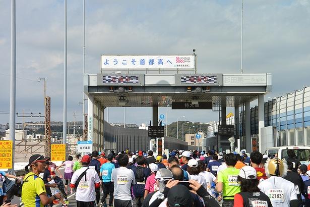 首都高速入口の坂を上りきったら、料金所のゲートがお出迎え!