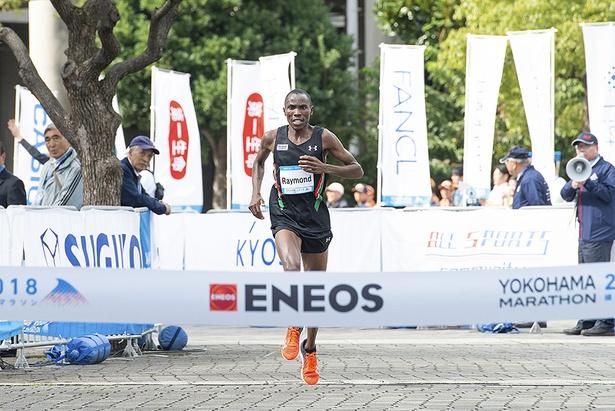ひと足先に、招待ランナーのレイモンド キプロノ コーメン選手が2時間17分41秒でパシフィコ横浜に凱旋!