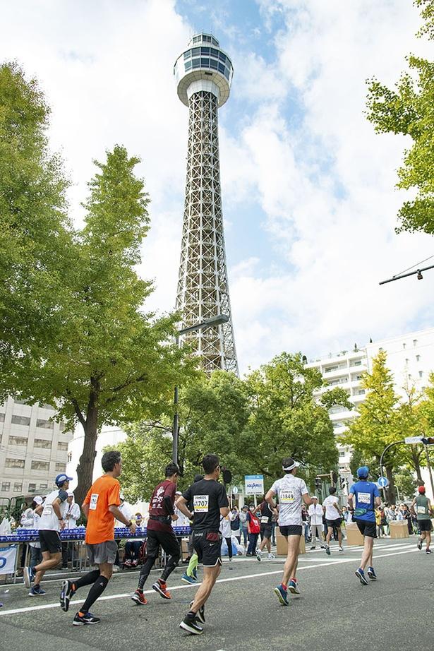 横浜港のシンボル「マリンタワー」の前を駆け抜けるランナー