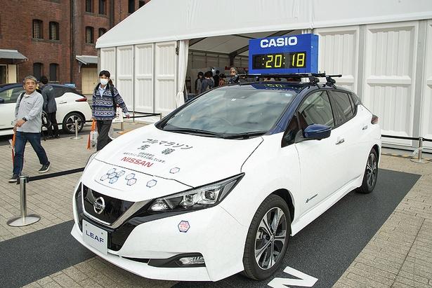大会当日にフルマラソンの先頭集団を先導する日産リーフも展示。カシオの大会公式時計がルーフに装備された、特別仕様車だ