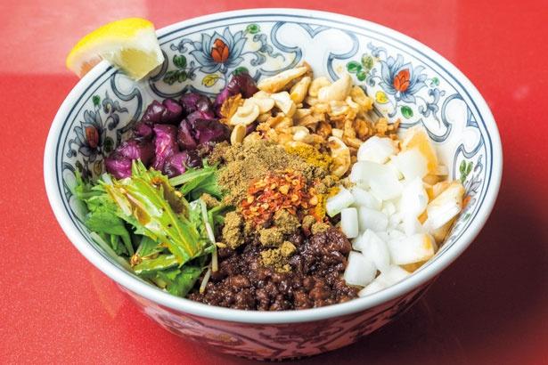 さらなるスパイシーさを味わうには13スパイスカレー担担(1000円)/スパイス担担麺専門店 香辛薬麺開店