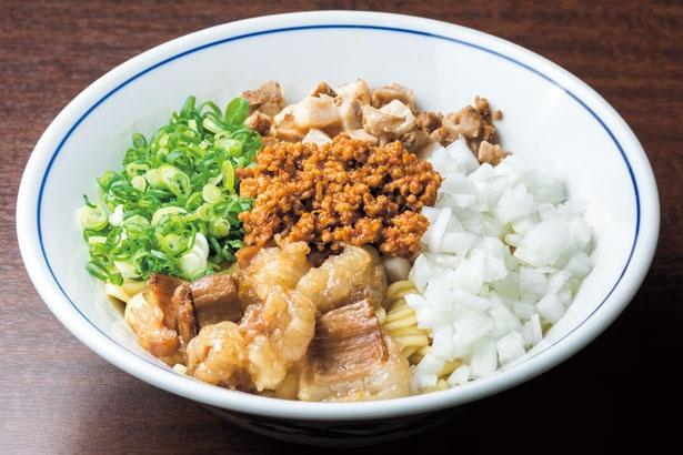 【写真をみる】牛のテッチャンや鶏ミンチの肉味噌がふんだんに盛られたホルモンまぜそば(800円)/麺や 清流