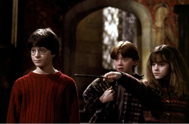 【写真を見る】シリーズ第1作『ハリー・ポッターと賢者の石』のハリー・ポッター、ロン・ウィーズリー、ハーマイオニー・グレンジャー。みんな若い!