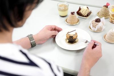 【写真を見る】「今日の朝食、昼食はモンブランです。し・あ・わ・せ!」と語る、スイーツライター・ミシェル(たぶん、男子)