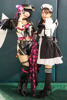 『ラブライブ!サンシャイン!!』のゲームのキャラクターに扮した、ちゃむさん(左)と茉里奈さん