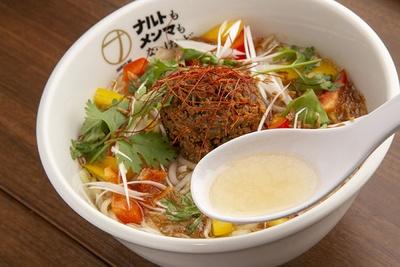 【写真を見る】透き通った塩スープには、フルーツの甘みと鶏の旨味が濃縮されている