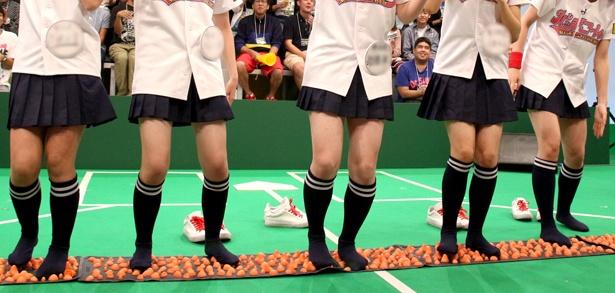 「多数派は罰ゲーム」で敗れたメンバーが足つぼマットの上で踊ることに。果たして誰が…?