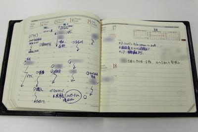 営業の男性が使用している、バーチカルフォーマットの手帳。時間軸に沿ってその日の予定が書かれている。形はクオバディスを象徴する正方形の「エグゼクティブノート」