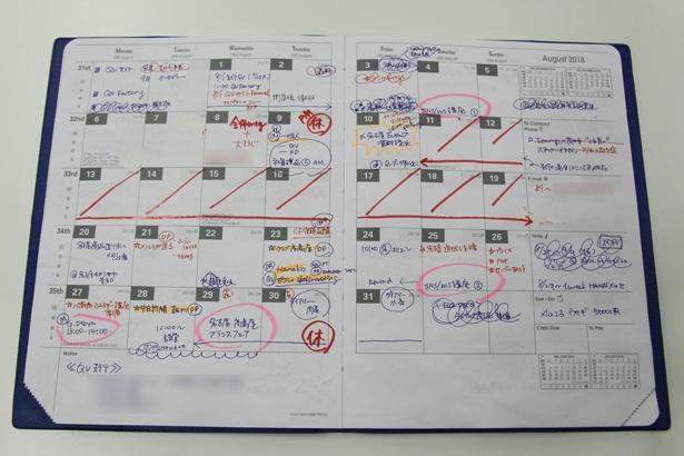 マーケティングおよびPR担当の女性は、マンスリーフォーマットの手帳を主にプロジェクト管理表として使用。持ち帰らないため、サイズは大きめ