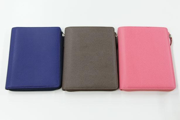 「クラブ Lジップカバー」はネイビー、マロン、コーラルピンクの3色がそろう。機能面だけでなく、システム手帳をおしゃれに見せる色合いやデザインも魅力だ