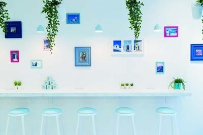 """""""ミコノスブルー""""と呼んでいる青色は調色を重ねたオリジナルカラーネオンサインも/cafe202"""