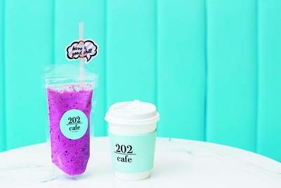フォトスポットカフェラテ(500円、右)、スムージー ベリーヨーグルト(780円、左)/cafe202