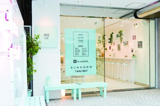 入口横にはミコノスブルーのベンチが並ぶ/cafe202
