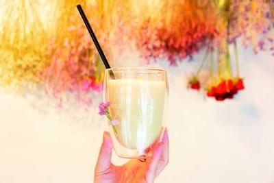 ほうじ茶ティーラテ(570円)。毎日飲んでも安心なものをと、植物由来の甘味料を使用する/Hanato..花と珈琲の小さなお店