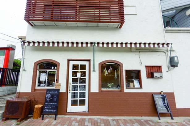 1、2階共ベンチのみ。花が映えるシンプルな空間/Hanato..花と珈琲の小さなお店